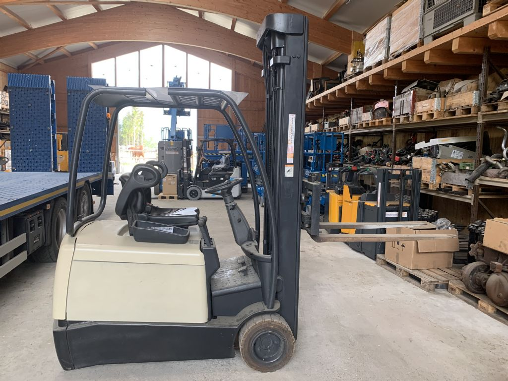 Crown SC3018 Electric 3-wheel forklift www.staplertechnik.at
