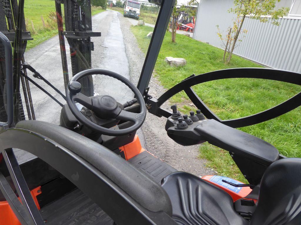Gebrauchtstapler-Toyota-7FBMF25-Elektro 4 Rad-Stapler-www.rf-stapler.de